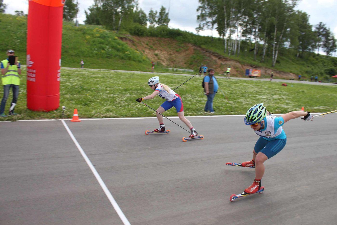 Отчаянный финиш Александры Меркуловой (на переднем плане) и Алены Липатовой